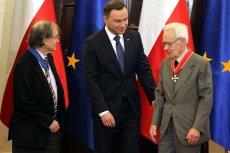 Prof. Andrzej Trautman (pierwszy z prawej) w towarzystwie prezydenta Andrzeja Dudy i prof. Rogera Penrose'a, podczas konferencji naukowej poświęconej falom grawitacyjnym.