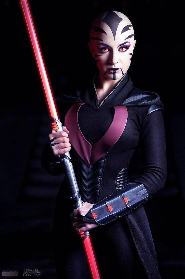 Cosplay inspirowany Asajj Ventress z uniwersum Gwiezdnych Wojen.