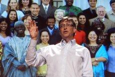 Bill Gates na tle ludzi, którym stara się pomóc.