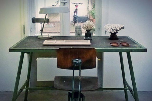 Jacek Kolasiński projektuje wnętrza, dobierając do nich sprowadzane od kolekcjonerów kilkudziesięcioletnie meble, najczęściej z okresu NRD i międzywojnia