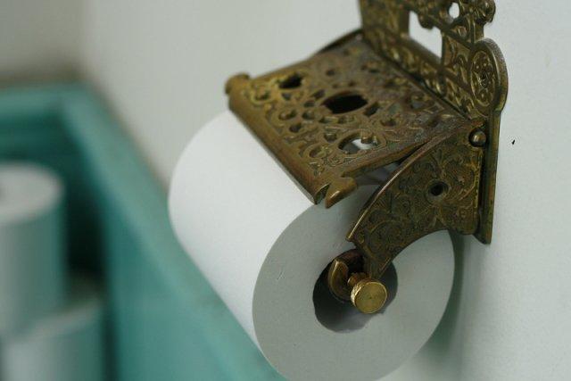 O tym, jak powinno zawieszać się papier toaletowy w łazience, trwa ciągły spór. Tymczasem wynalazca jego perforowanej wersji pod koniec XIX wieku nie pozostawił żadnych wątpliwości w tej sprawie