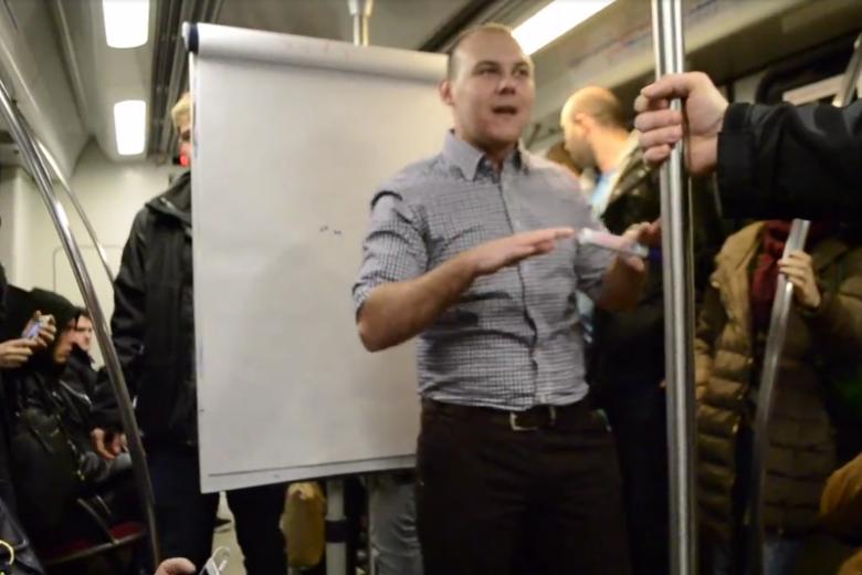 """Ten polski coach zrobił niespodziewany """"wykład"""" w metrze. Internauci go za to hejtują"""