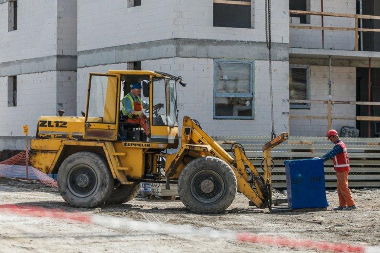 Na placu budowy osiedla miejskiego dla seniorów w Opolu. Samorządy lepiej znają lokalne potrzeby - podkreślają eksperci.