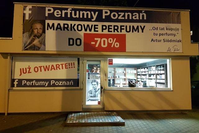 Poznański sklep z perfumami przekroczył sporo granic regulujących zasady dobrej reklamy. Na dodatek wykorzystuje logo Facebooka, więc naraża się na pozew