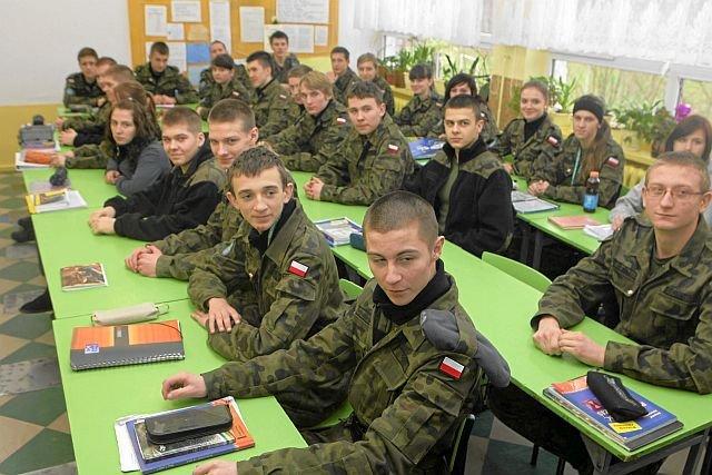 Absolwenci techników informatycznych o profilu wojskowym mogą znaleźć pracę w armii. Ale za pensję zbliżoną do minimalnej