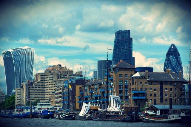 """Łodzie z żaglami kampanii """"Bremain"""", w tle londynskie City, ktore w razie wyjścia z Unii może stracić nawet 15 proc. pracowników"""
