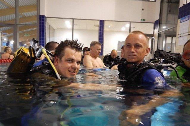 Pracownicy browaru w trakcie nauki nurkowania.