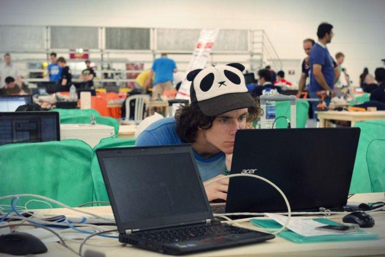 """Program """"Zostań Dobrym Inżynierem"""" objął niemal pięciuset studentów kierunków takich, jak informatyka, energetyka, automatyka z robotyką."""