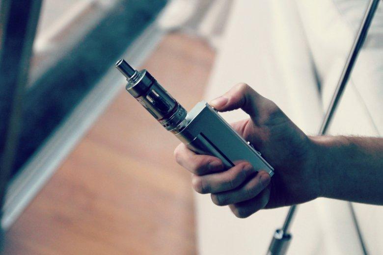 Widoczny na zdjęciu elektroniczny papieros został zaprojektowany z myślą o ograniczeniu szkodliwych skutków nikotynowego nałogu