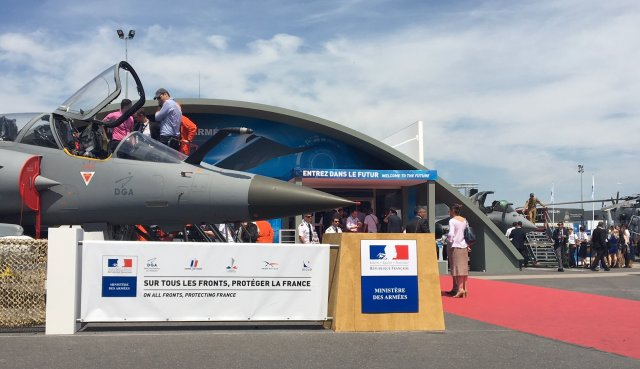 Stoiska francuskich sił zbrojnych na największej imprezie targowej w branży lotniczej - AirShow w Paryżu w czerwcu 2017 roku