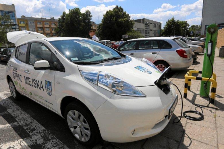 Auta elektryczne mają słaby punkt: potrzebne są do nich baterie, a używany w ich produkcji lit to pierwiastek o ograniczonych zasobach.
