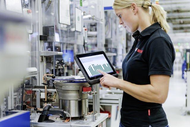 Dane, które przesyłają maszyny, są dostępne z poziomu tabletów i smartfonów.