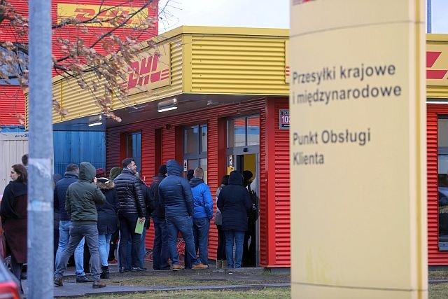 Takie kolejki tworzyły się przed placówką DHL w Łodzi przed świętami. Obecnie sytuacja wygląda podobnie