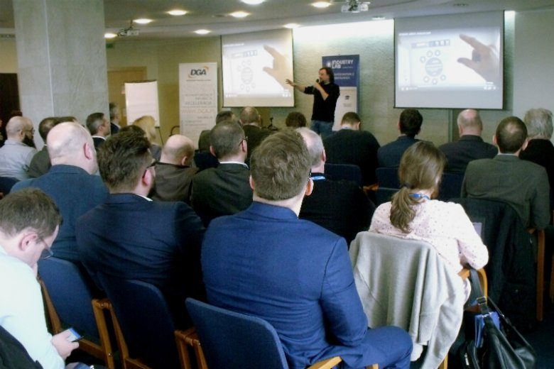 Prezentacja na konferencji Demo Day Industry Lab 2018 start-upu Apzumi, twórcy platformy narzędzi usprawniających procesy przemysłowe przy wykorzystaniu technologii rozszerzonej rzeczywistości, sztucznej inteligencji oraz urządzeń IoT