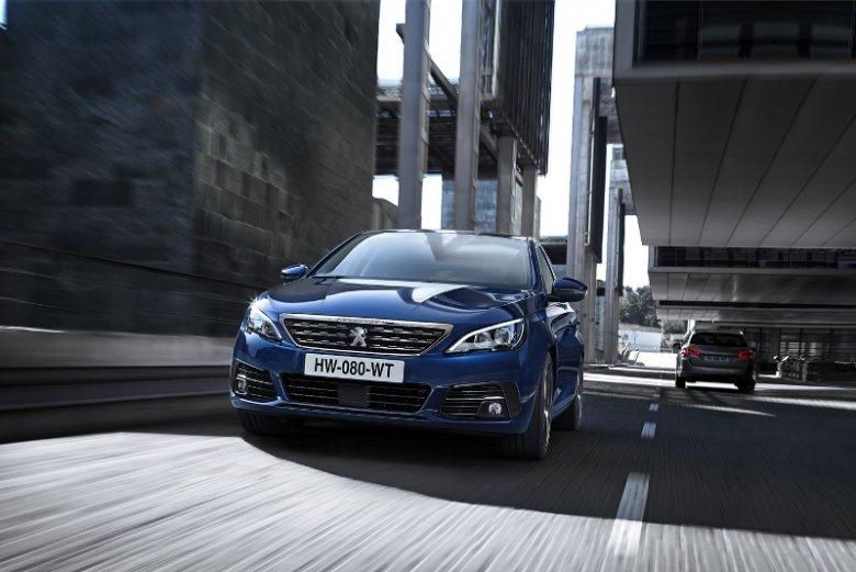 Nowa wersja Peugeot 308 wyróżnia się nie tylko technologią i-Cockpit, ale też redukującym zużycie paliwa nowoczesnym silnikiem 2.0 BlueHDi 180 S&S  z automatyczną skrzynią biegów EAT8