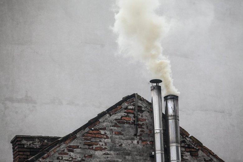 """Program """"Czyste powietrze"""" zakłada wymianę przestarzałych pieców węglowych na nowoczesne. Jednak Unia nie chce dać na to swoich pieniędzy."""