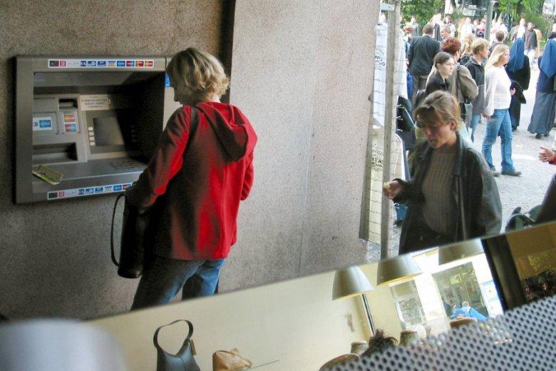 Oszuści próbują złowić ofiary, namawiając do zeskanowania kodów QR z naklejek na bankomatach.