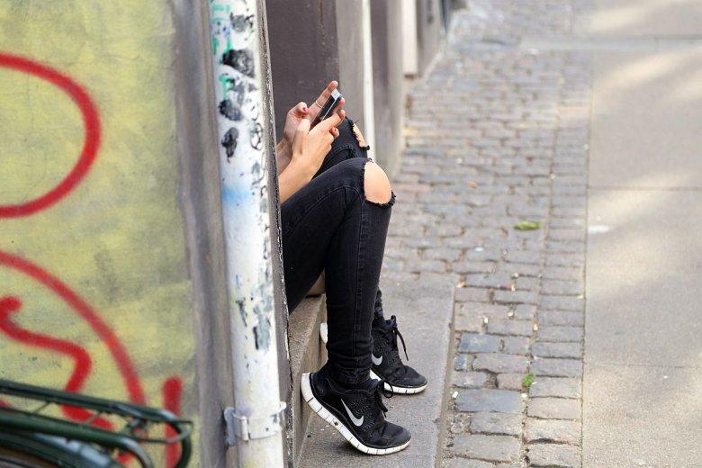 Młodzi ludzie są winni telekomom coraz więcej