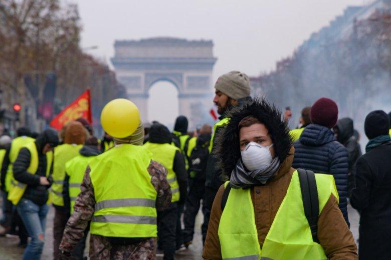 """Protesty """"żółtych kamizelek"""" mają najczęściej dynamiczny przebieg, często dochodzi do zamieszek albo przepychanek z policją"""