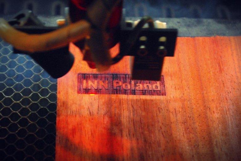 Limitowana edycja? Laser wycina jedyną na świecie obudowę z logo INN Poland