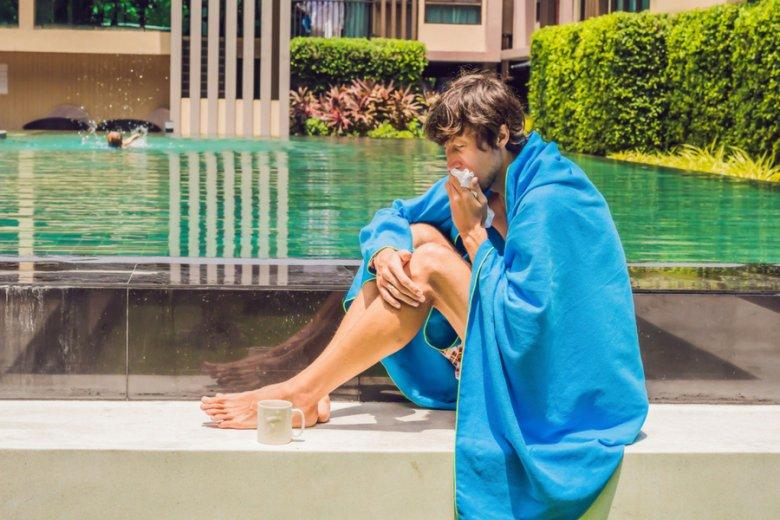Przeziębienie może się przydarzyć nawet w tropikach. Włączona klimatyzacja, fatalna pogoda lub wyjątkowo zimna noc mogą odebrać nam komfort plażowania.