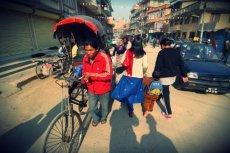 Nepalczycy chętnie wyjeżdżają z kraj, bo w swojej ojczyźnie zarabiają zazwyczaj od 50 do 100 dolarów miesięcznie.