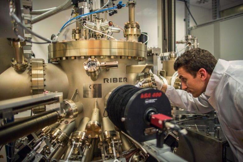 Doktorant z WAT robi badania na urządzeniu w siedzibie Vigo System