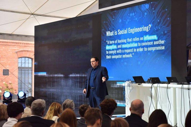 Kevin Mitnick wyjaśnia, czym jest inżynieria społeczna.