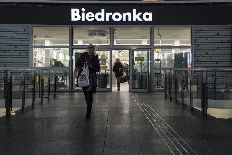 W niedziele objęte zakazem handlu działają sklepy sieci Biedronka zlokalizowane na dworcach w całym kraju. To zaledwie ułamek punktów handlowych należących do sieci.