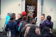 66 proc. Polaków uważa, że przy wypłacaniu pieniędzy z 500+ należy wprowadzić górny limit dochodowy