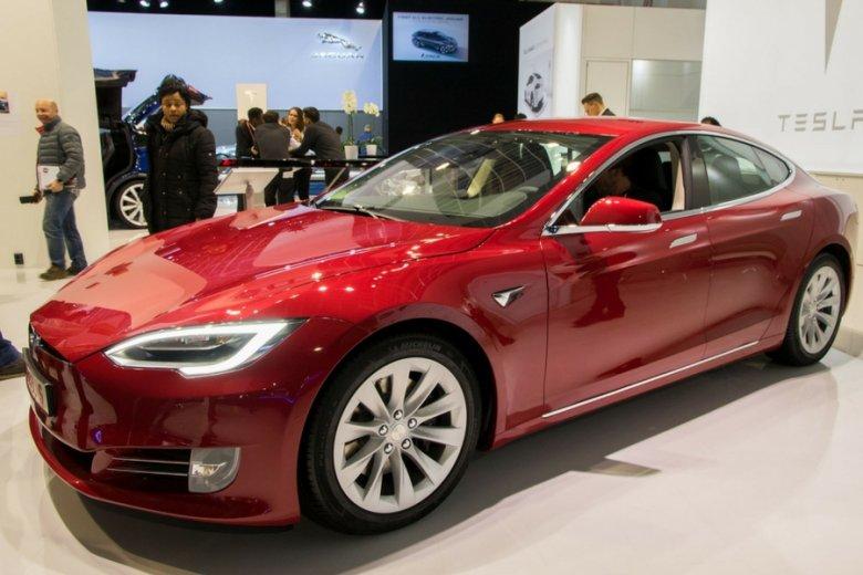Najefektywniejszy system ładowania aut elektrycznych ma Tesla: naładowanie akumulatora tego pojazdu trwa minimum pół godziny.
