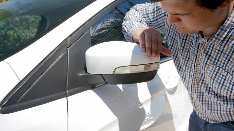 Wypożyczalnie aut nawet za drobną ryskę na karoserii liczą jak za zboże
