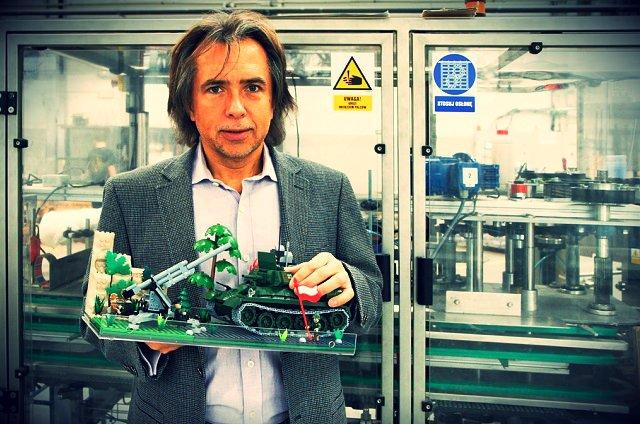 Dyrektor COBI, Robert Podleś, w fabryce w Mielcu