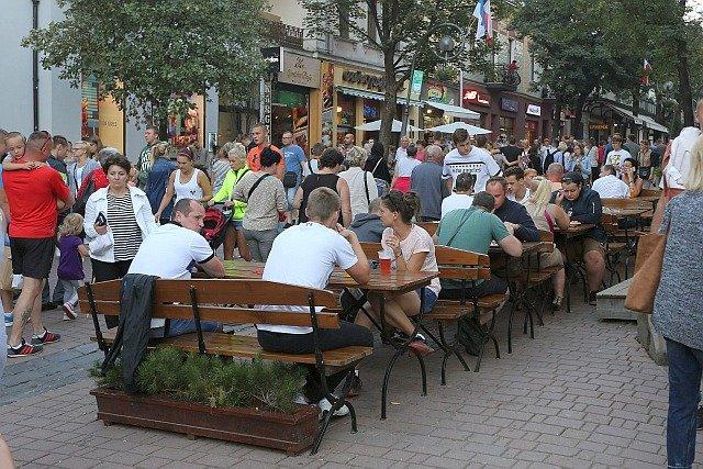 Krupówki w majowy weekend wypełnią się turystami. Ceny noclegów w Zakopanem wynoszą 2 - 3 000 zł za 6 nocy dla 2 osób