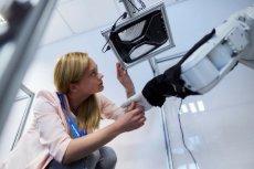 Niektóre światowe koncerny chętnie inwestują w placówki badawczo-rozwojowe w Polsce. Na zdjęciu prace nad technologią ''języka migowego'' do komunikacji z autem, jakie przebiegają w Centrum Technicznym w Krakowie, założonym przez Delphi