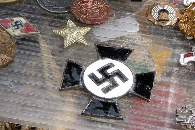 Handel artykułami z nazistowskimi symbolami ciągle kwitnie. Wiele z nich to pamiątki historyczne. Z Allegro znikną aukcje z produktami propagującymi faszyzm