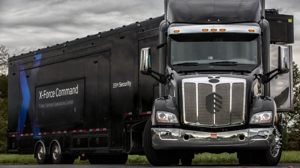 IBM X-Force Command, mobilne, taktyczne centrum dowodzenia. Firma wykorzystuje ciężarówkę do prowadzenia szkoleń, symulacji ataków hakerskich i zarządzania kryzysowego, zaadaptowanych z amerykańskiej armii