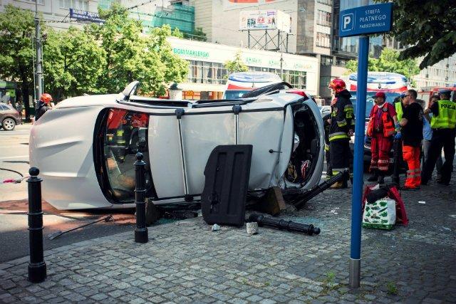"""W wypadkach drogowych ginie rocznie kilka tysięcy Polaków, a straty tym spowodowane sięgają 60 mld złotych rocznie – donosi """"Gazeta Wyborcza"""""""