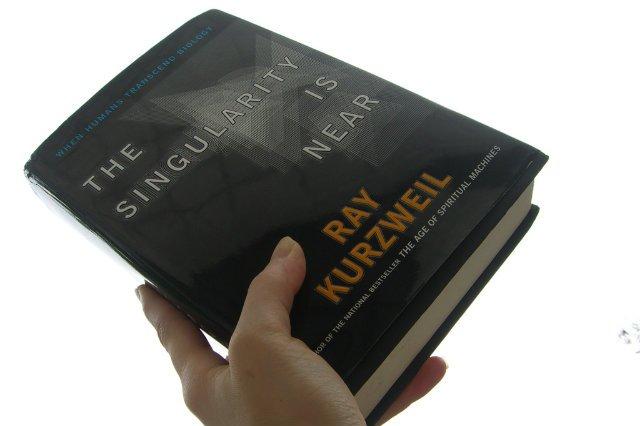 """""""The Singularity is Near"""". To jedna z najważniejszych prac Raya Kurzweila."""