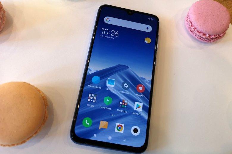 Zarówno tył jak i przód telefonu chroni szkło Corning® Gorilla® Glass piątej generacji. Plecki wykończone są holograficznym kolorem.