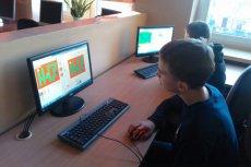 """Na zajęciach """"Mistrzów Kodowania"""" uczniowie zgłębiają wizualny język programowania Scratch. Skutkiem ich aktywności są rozmaite gry internetowe"""