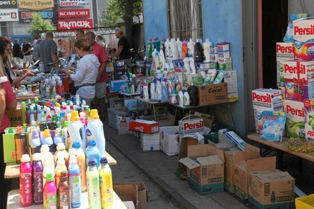 """Stoiska i sklepy z """"niemiecką chemią"""" są w każdym mieście. Tymczasem Niemcy kupują od nas coraz więcej produktów chemicznych, w tym proszków do prania"""
