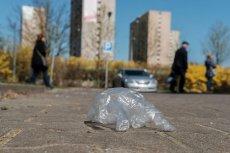 Jednorazowe rękawiczki foliowe oraz maseczki zaśmieciły podczas epidemii koronawirusa polskie miasta.