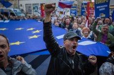 Bruksela poszła za oczekiwaniami protestujących przeciw łamaniu praworządności. Na zdj. demonstracja przeciw reformie sądownictwa w Warszawie.