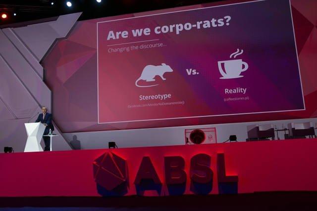 Korporacje dbają o ocieplenie wizerunku wśród pracowników.