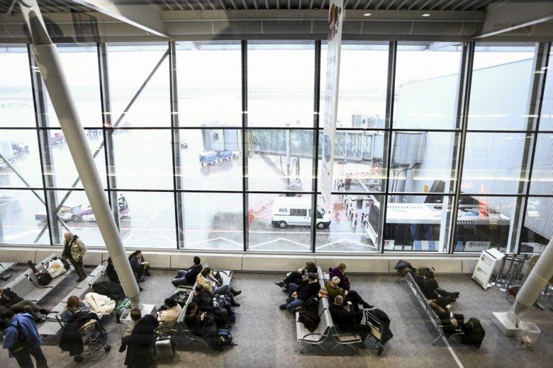 Pasażerowie oczekują na lotnisku - część lotów została odwołana