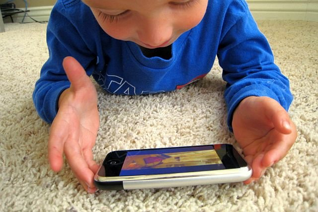 Apple zostało wezwane do opracowania narzędzi, które pomogą rodzicom sprawować większą kontrolę nad tym, w jaki sposób ich dzieci korzystają ze smartfonów i innych urządzeń mobilnych.