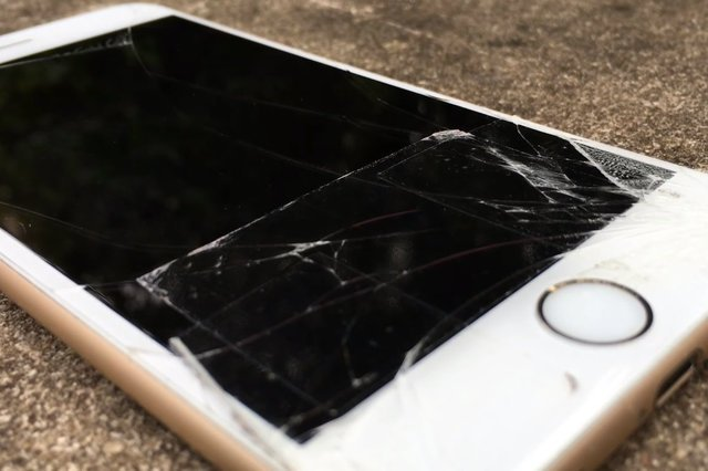 Wymiana ekranu w modelu iPhone X to koszt ok. 1400-1500 zł