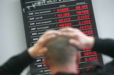 Na rynkach walut i giełdzie czerwono. Polski złoty tanieje, wyceny banków spadają.