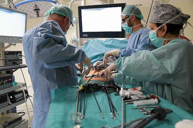 Lekarze podczas operacji. Wiedzę zdobywają bardzo często podczas wyjazdów na konferencje